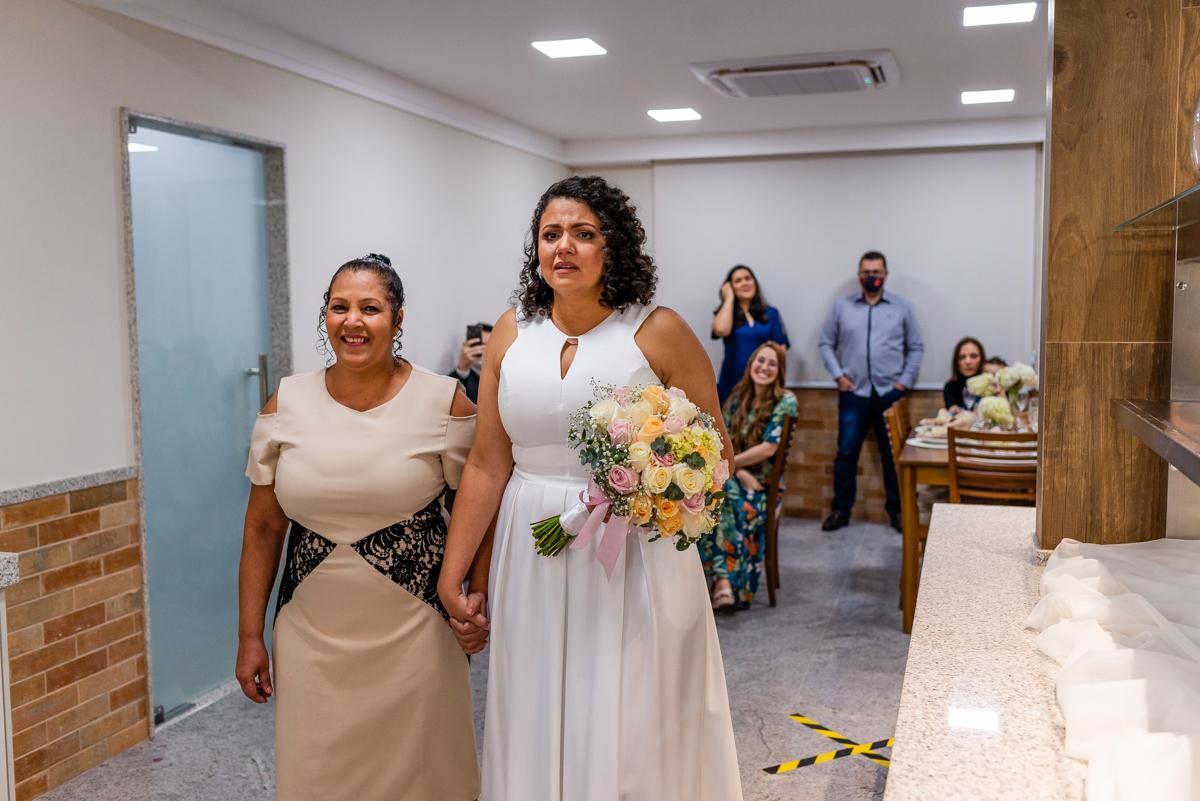 Noiva entrando chorando, indo ao encontro do noivo. Fotografia de casamento. Vitória ES