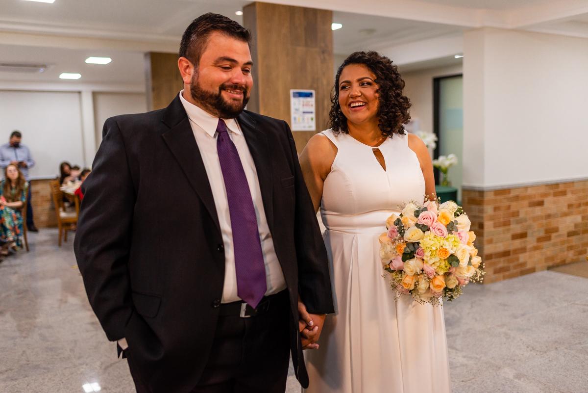 Noiva olhando e sorrindo para o noivo - Fotografia de casamento em vitória es