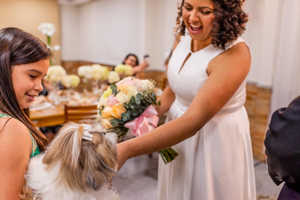 Noiva recebe as alianças trazidas pelo cachorro - Fotografia de Casamento realizada em Vitória ES