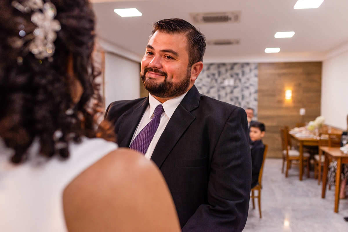 Momento dos votos dos noivos - fotografia de casamento - momento de casamento - noivo olhando para noiva com sorriso no rosto
