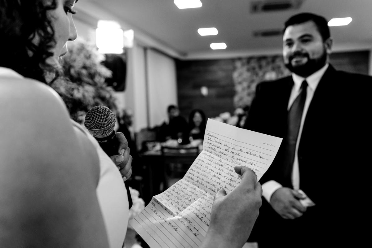 noiva lendo votos de casamento - Fotografia PB - Momento emocionante para os dois
