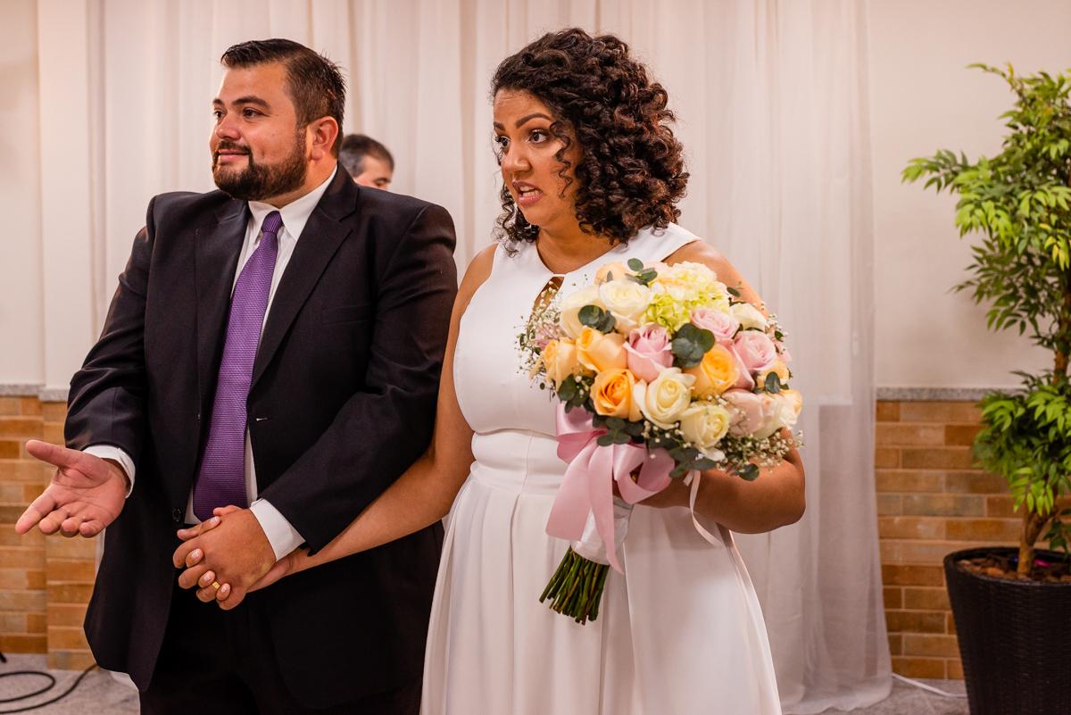 Momento decisivo noivos após a cerimônia de casamento