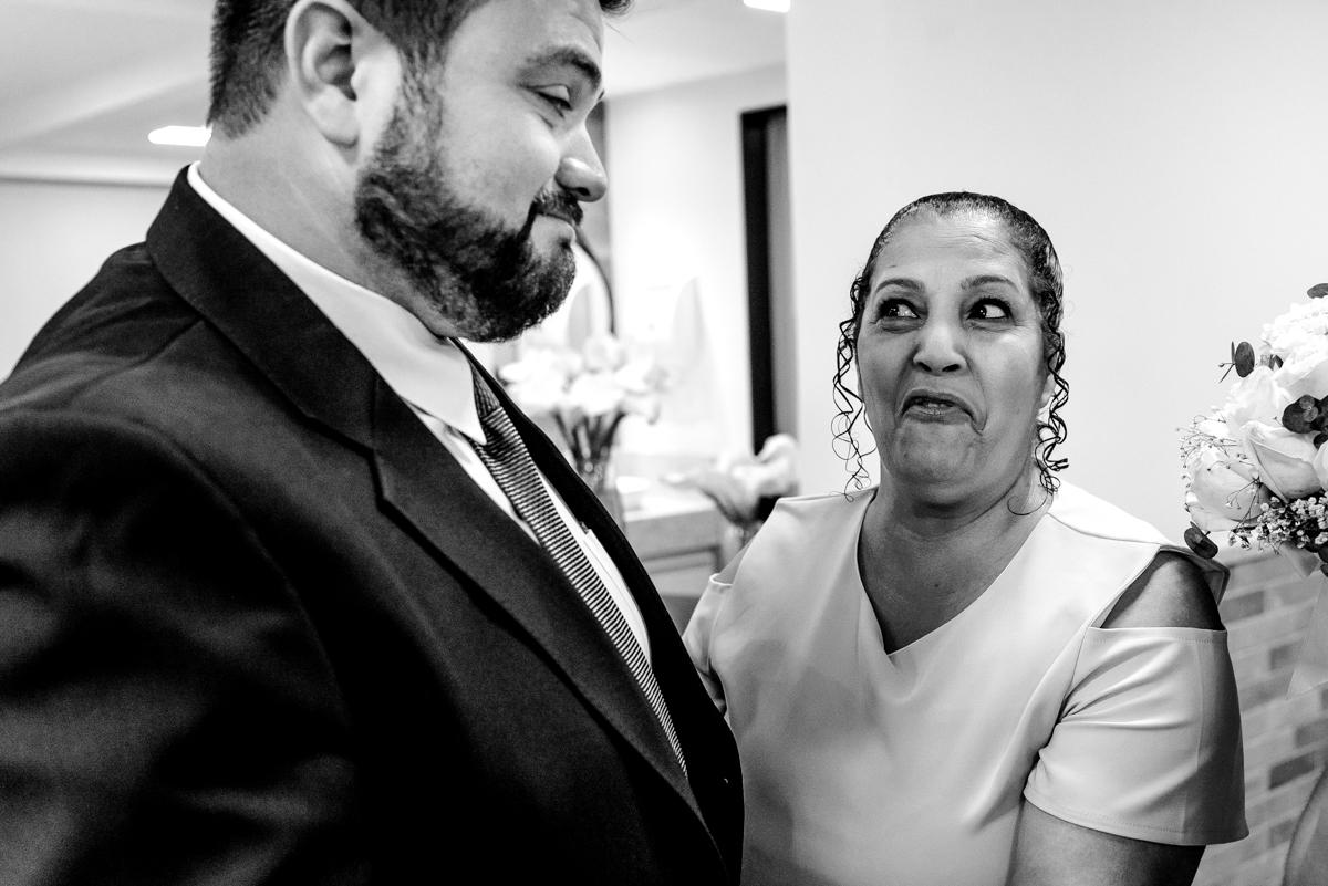 Noivo fazendo careta junto com a sogra na cerimônia de casamento