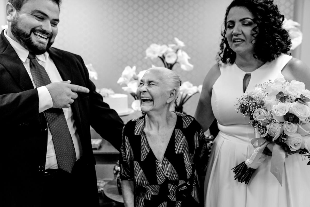 Noivo brincando com a avó da noiva na fotografia protocolar