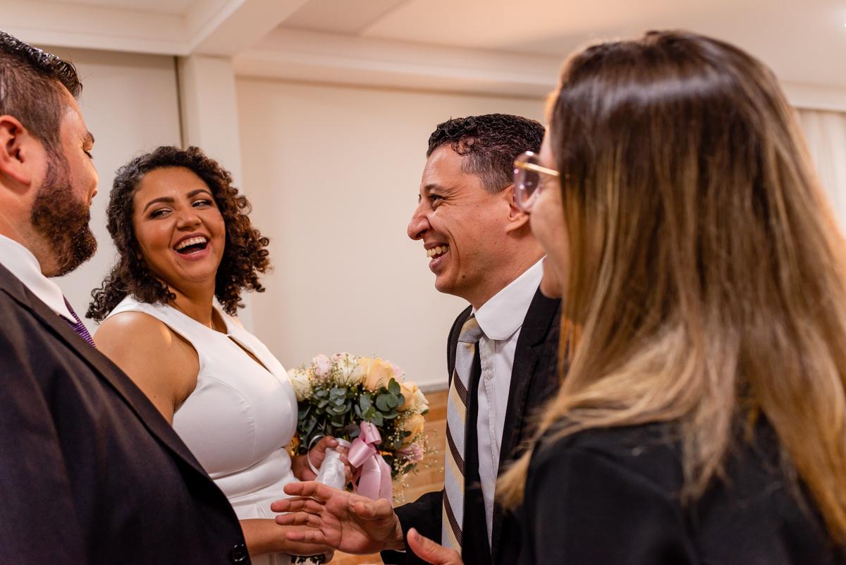 Momento decisivo entre noivos e convidados