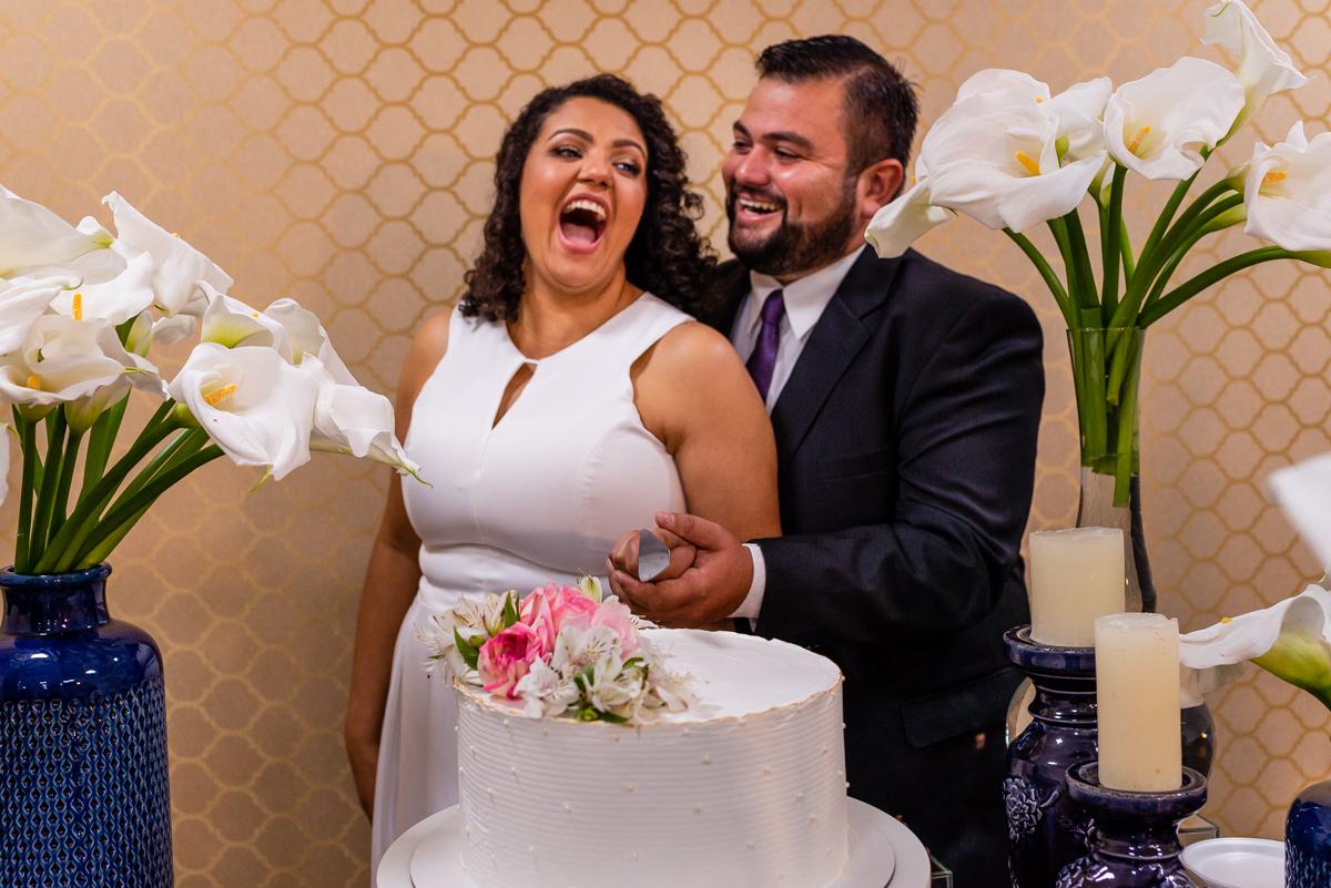 Momento decisivo - Noivo aperta a bunda da noiva ao realizar foto protocolar.