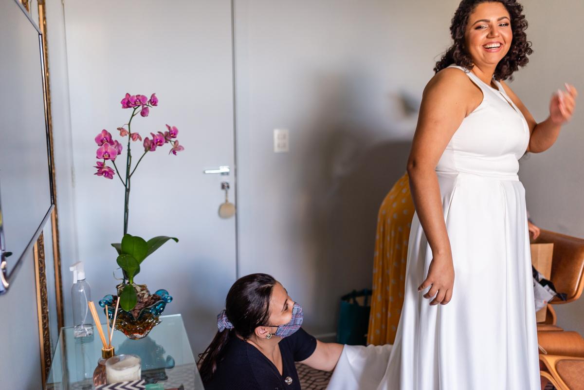 Noiva sendo arrumada - Making Of Noiva - Fotografia de Casamento