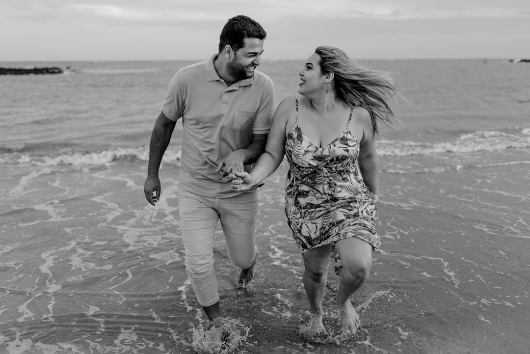 Casal correndo na praia de coqueiral de aracruz.