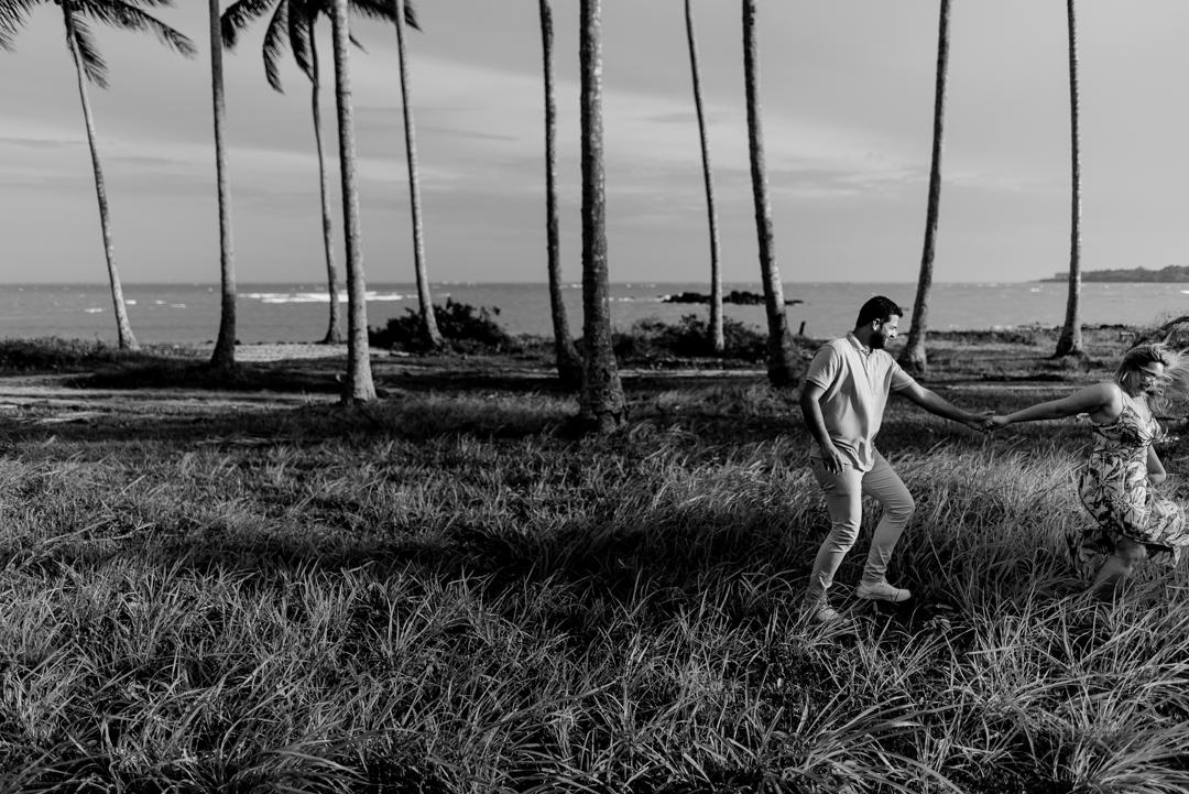 Fotografia PB de casal caminhando no gramado. Coqueiral de Aracruz, ES