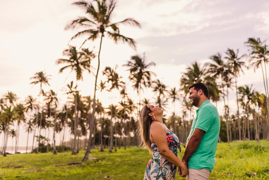 Casal gargalhando em ensaio fotográfico em coqueiral de aracruz. Ensaio fotográfico pré casamento.