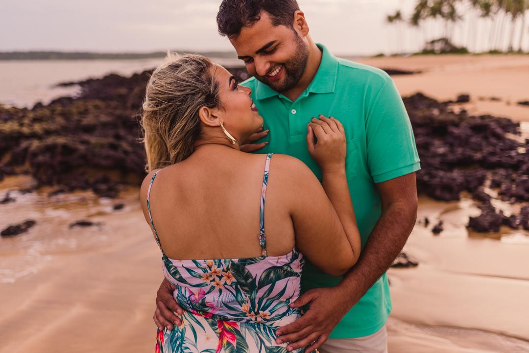 Casal abraçados nas areias da praia de coqueiral de aracruz. Litorial norte do espírito santo. Fotografia de ensaio pré casamento
