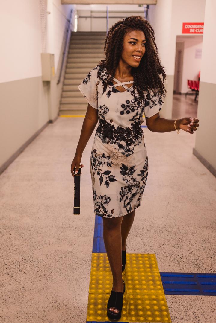 Fotografia de Formatura Multivix. Formanda andando pelos corredores da faculdade.