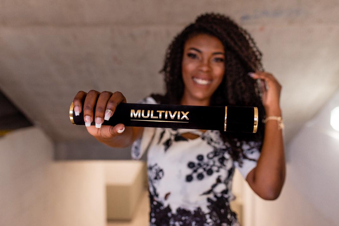 Formanda segurando o canudo Multivix. Faculdade de Vila Velha