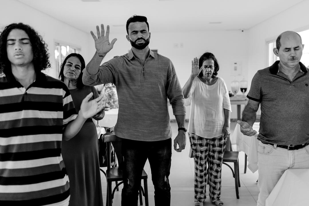 Convidados abençoando o casal recem casado - fotografia de casamento - Laranjeiras - Serra - ES