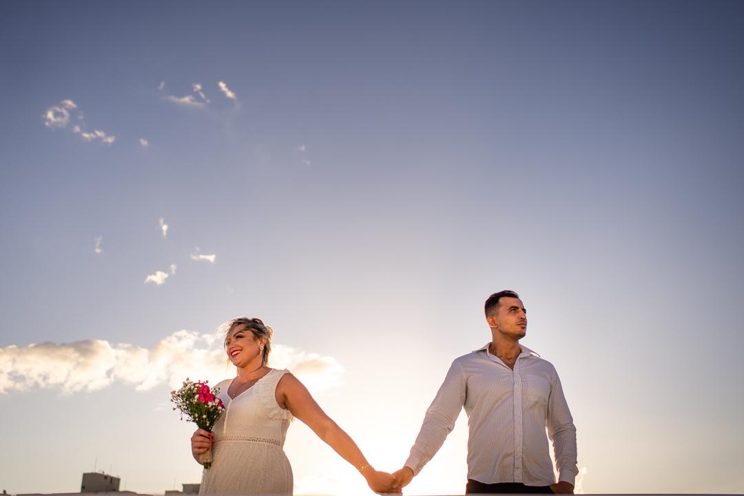 Ensaio fotográfico pós casamento - Laranjeiras - Serra - ES. Casal de mãos dadas olhando para lados opostos