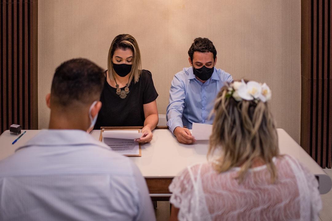 Momento da leitura da certidão de casamento realizada no cartório de laranjeiras, serra, es. Fotografia de casamento no cartorio