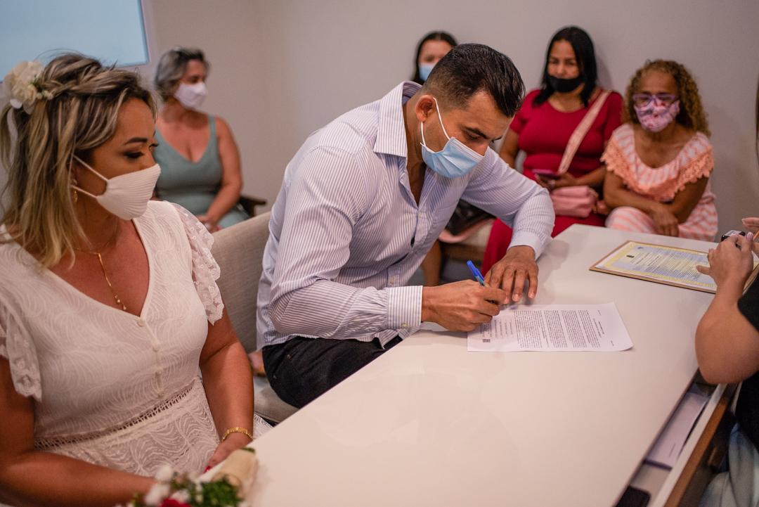 momento da assinatura do noivo no cartorio. Casamento e fotografia de casamento no cartorio