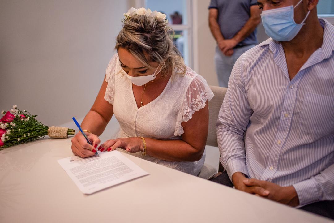 Fotografia do momento da noiva assinando o termo de casamento no cartorio. Laranjeira, Serra, ES