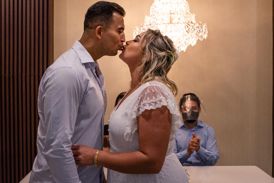 Momento do beijo do casal recem casado no cartório de laranjeiras, serra, es