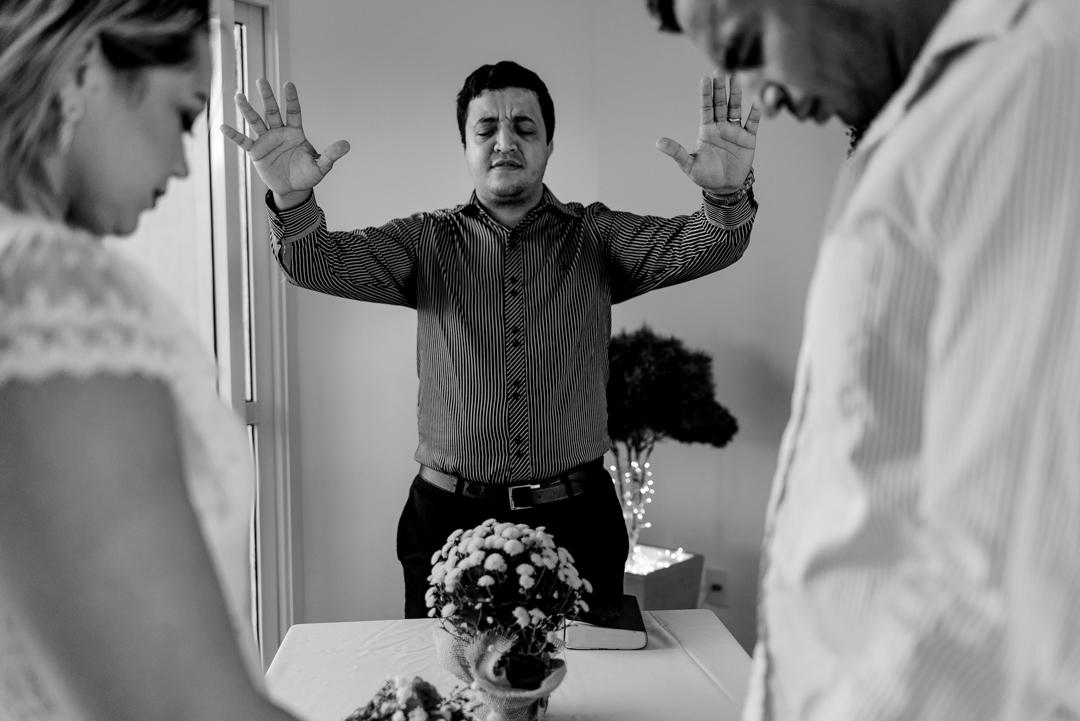 fotografia do momento em que o pastor esta dando a bençao no casamento. Laranjeira - Serra - ES