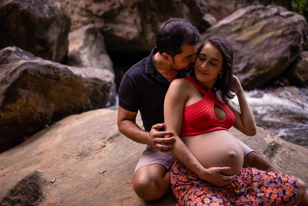 Retrato do casal sentado na pedra. Ensaio fotografico de gestante, Viana, ES