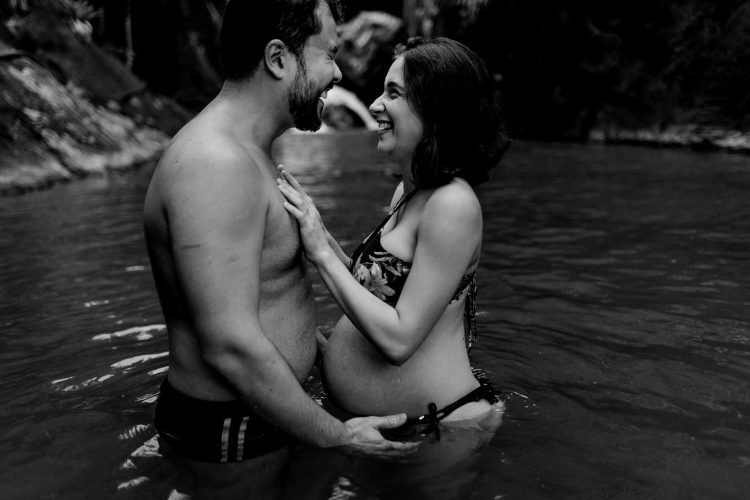Fotografia preto e brando do momento em que ela coloca a mão no peido dele. Devido a agua estar gelada ele fez uma expressão bem forte. Os dois gargalharam juntos e a fotografia foi feita.