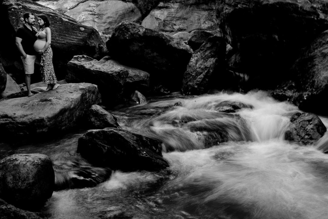 Fotografia preto e branco do ensaio de gestante na cachoeira.