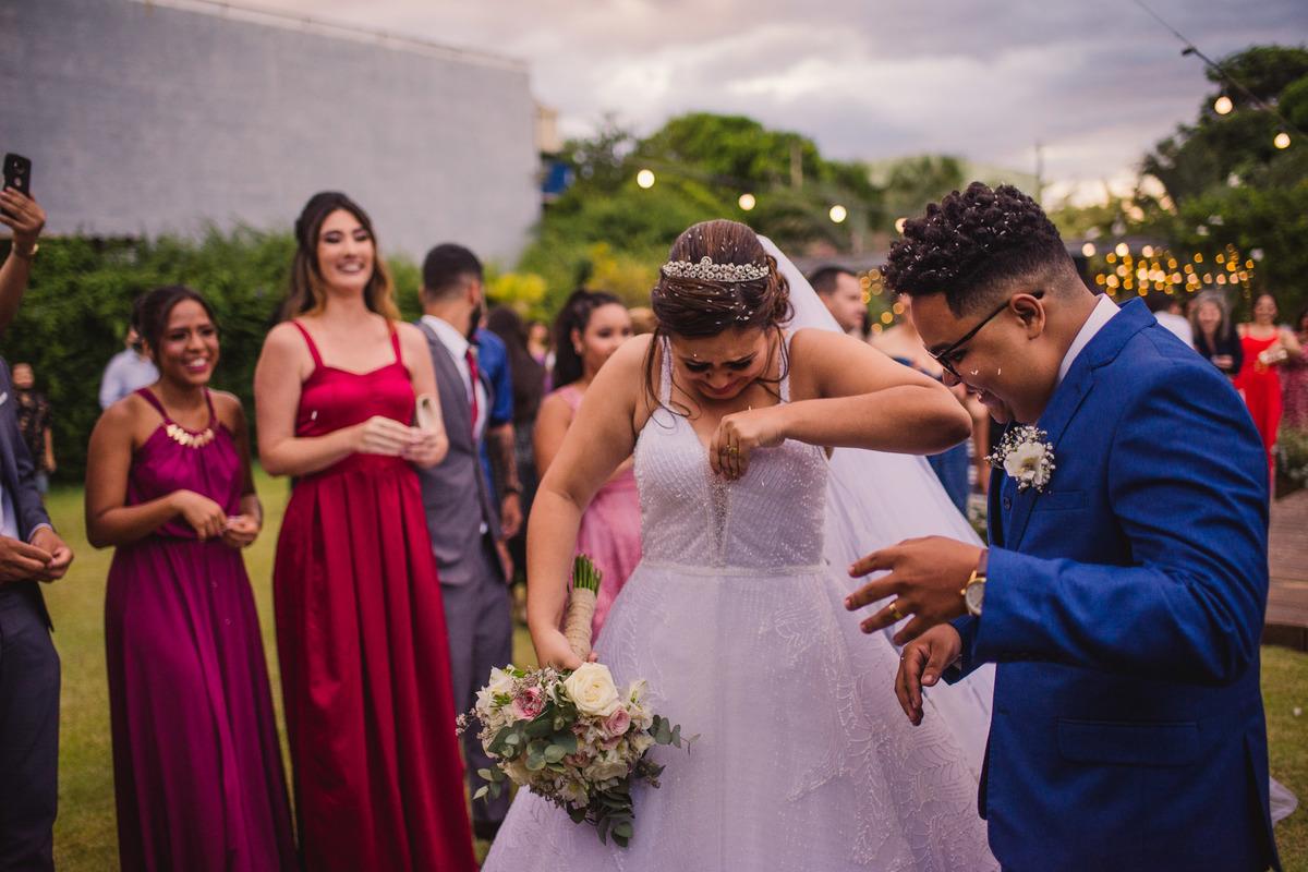 Fotografia Casamento - Noiva segurando vestido - Saida jogando arroz - cerimonail dos sonhos - Balneario Carapebus - Serra ES