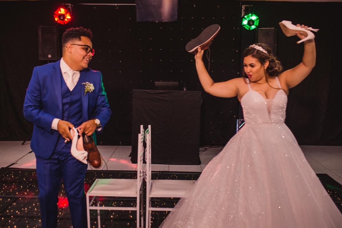 Fotografia de casamento brincadeira sapato noivos - Casamento em balneario carapebus - serra es