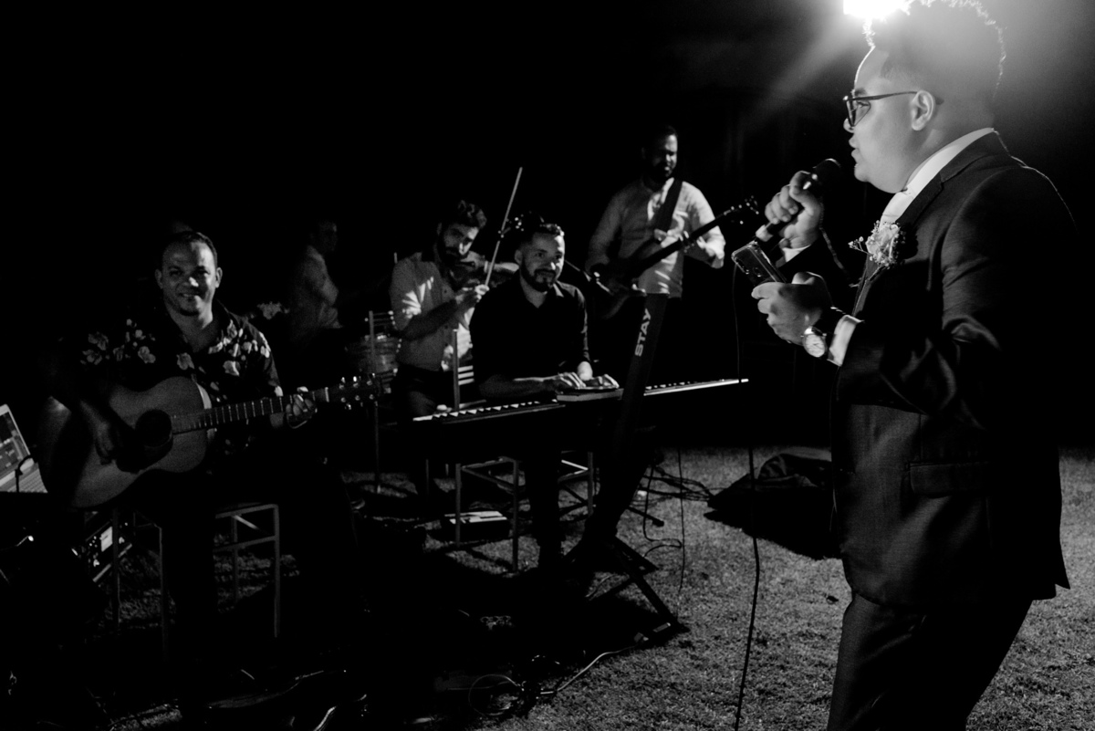 fotografia karaoke casamento - balneario carapebus - serra es - paulo mota fotografia - noivo cantando