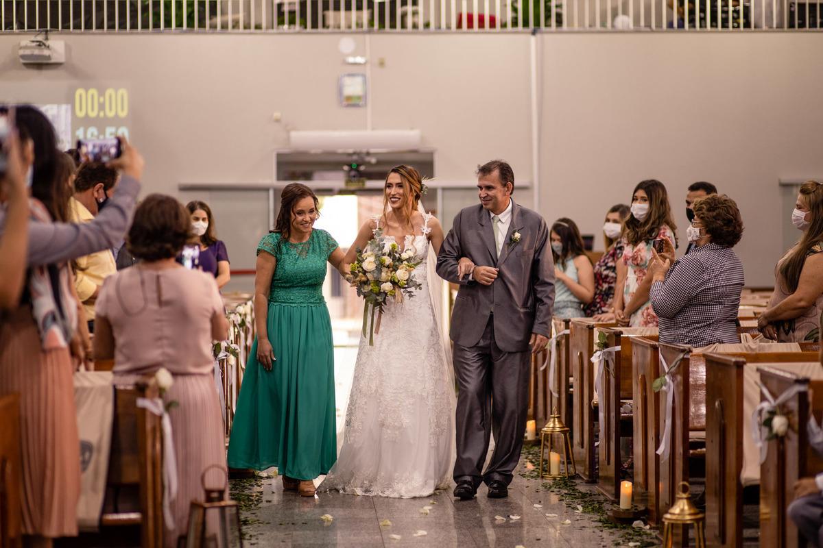 fotografia de casamento vitoria - es - entrada da noivo - reacao da noiva - vestido de noiva - entrada da noiva na igreja - casamento na igreja iasd central de vitoria - es