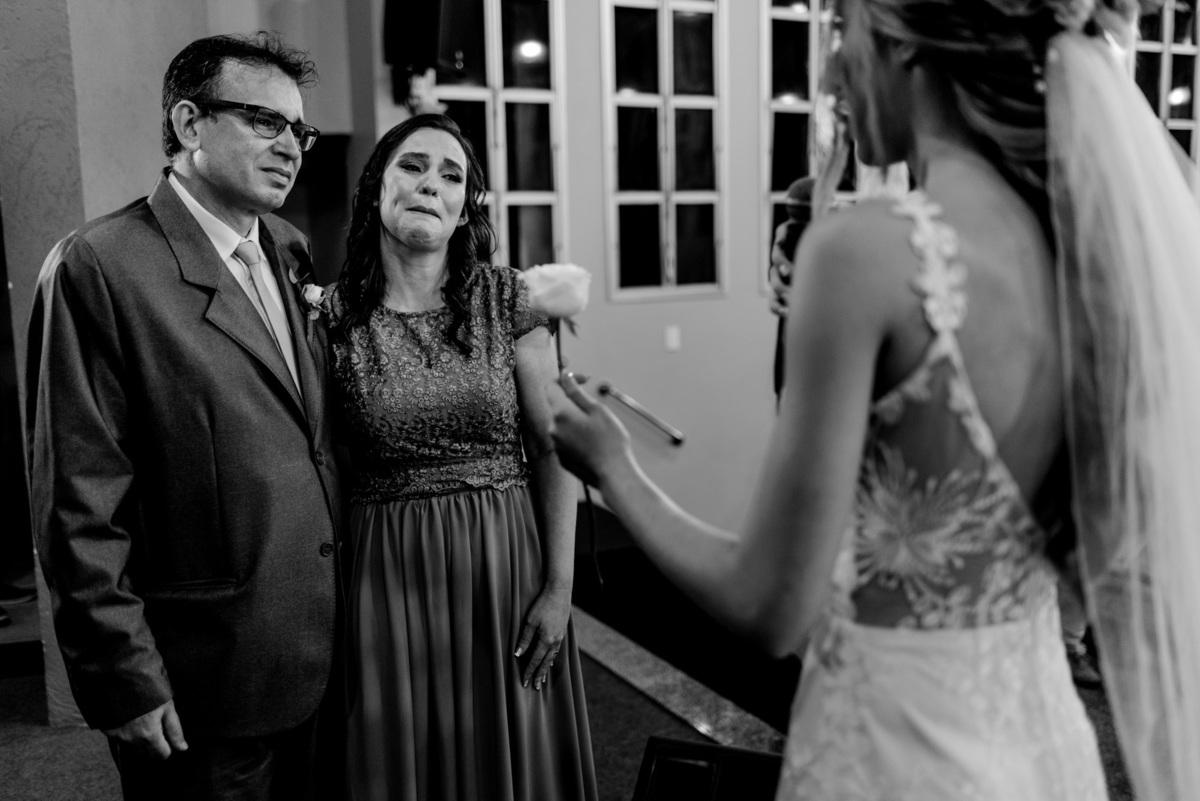 fotografia de casamento igreja adventista central de vitoria - cerimonia de casamento em vitoria espirito santo - entra da rosa noiva