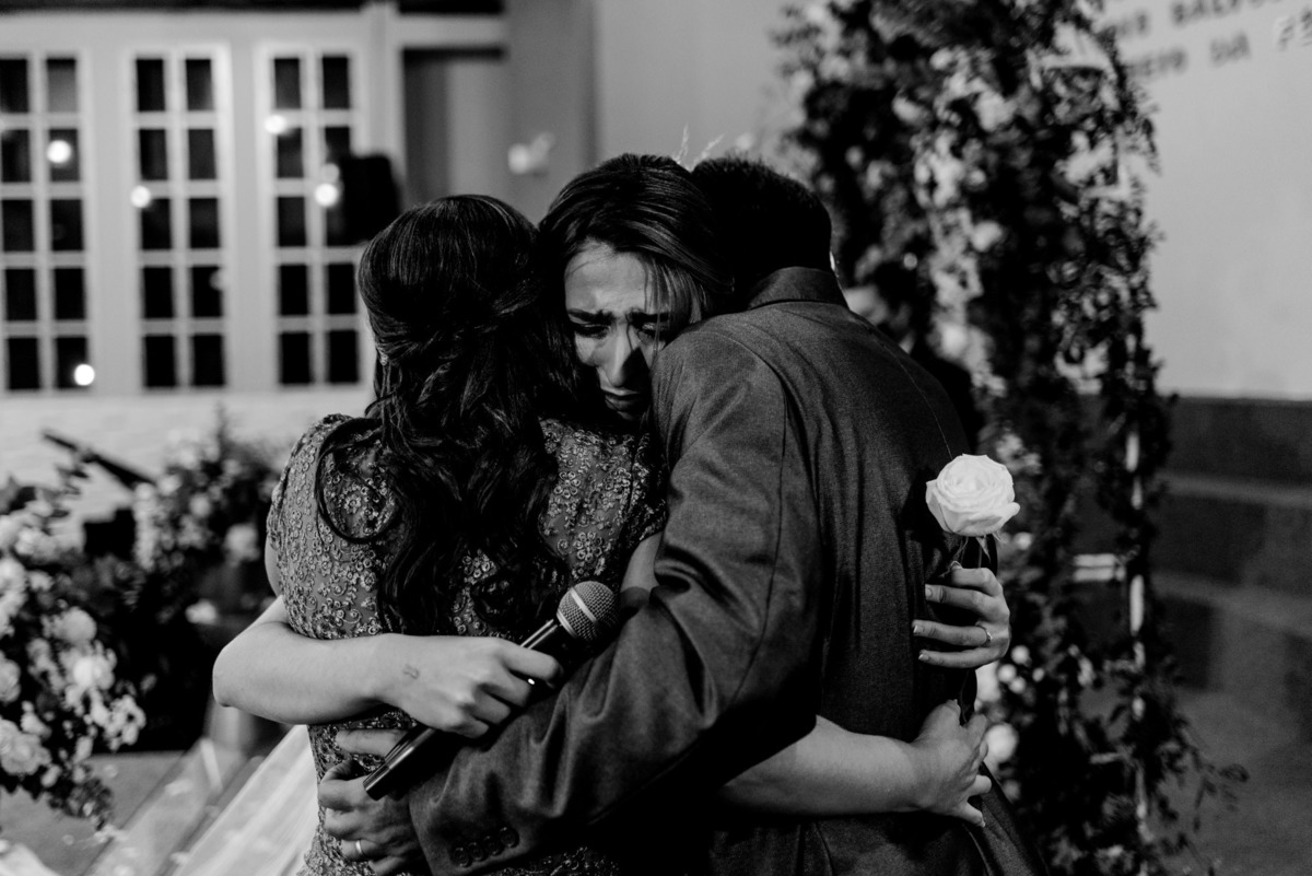fotografia de casamento vitoria es - noiva chorando - familia da noiva - casamento na igreja adventistas central de vitoria