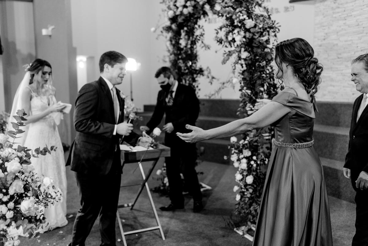 fotografia casamento vitoria es - noivo entrega rosa familia -