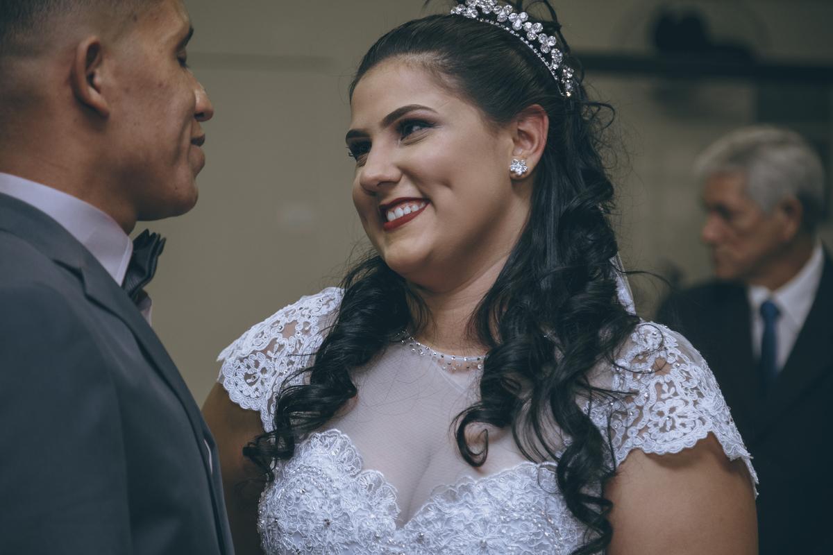 noiva olhando com olhar apaixonado no casamento