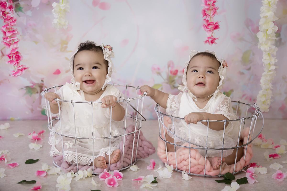 Sorriso em dose dupla das gêmeas de 7 meses.