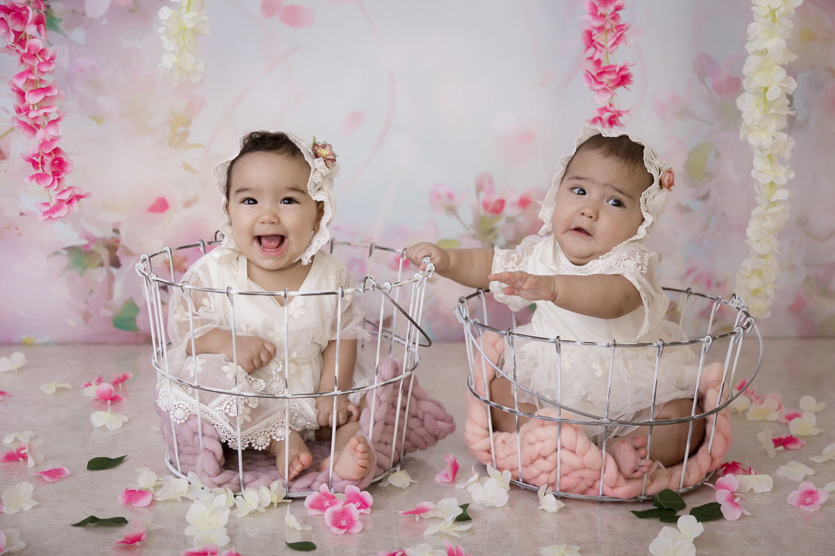 Gêmeas de 7 meses em ensaio lindo em Brasília. Banho de Leite.