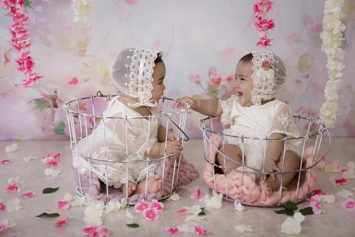 Ensaio com decoração rosa, bebês gêmeas, sorriso aos 7 meses.