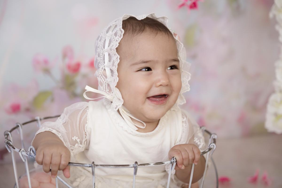 sorriso gêmea de 7 meses em ensaio banho de leite