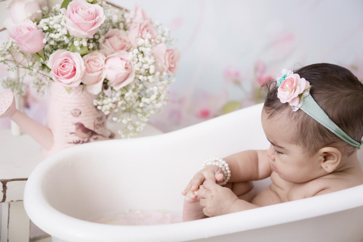 Olha pe de bebe de 7 meses em ensaio banho de leite, DF