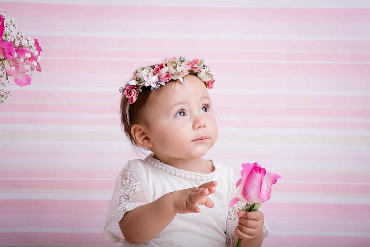 bebê menina, fundo rosa, coroa flores na cabeça, ensaio acompanhamento