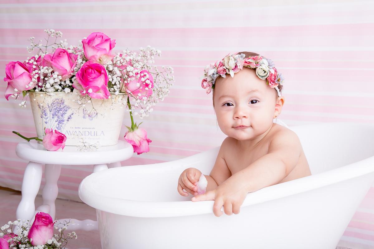 beeb carinha de sapeca, 9 meses, ensaio flores naturais em fundo rosa, banho de leite em Brasília DF