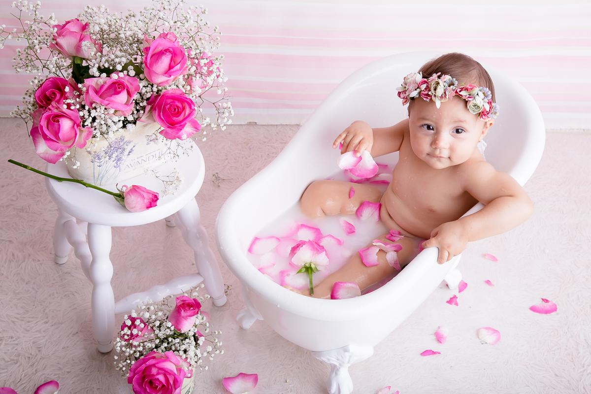 Foto de cima no banho de leite, rosas naturais, Brasilia DF, Gabi Aine