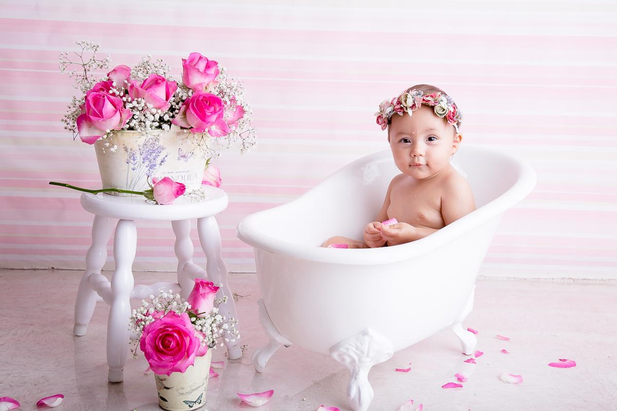 Ensaio personaloizado com flores naturais e rosa na cabeça, banho de leite