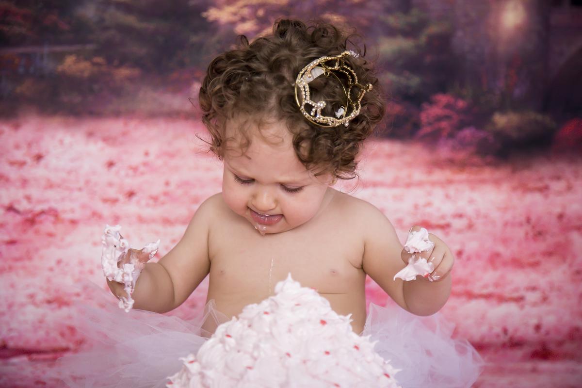 smash the cake princesa, fundo rosa, ensaio com bolo em Brasília DF