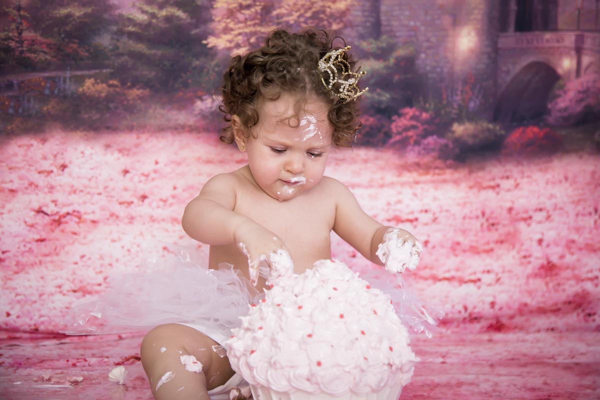 Ensaio celebrar, smash the cake em Brasilia no tema princesa, furando o bolo