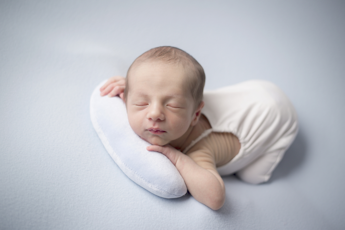 delicadeza do bebê newborn em manta azul claro, Brasilia DF