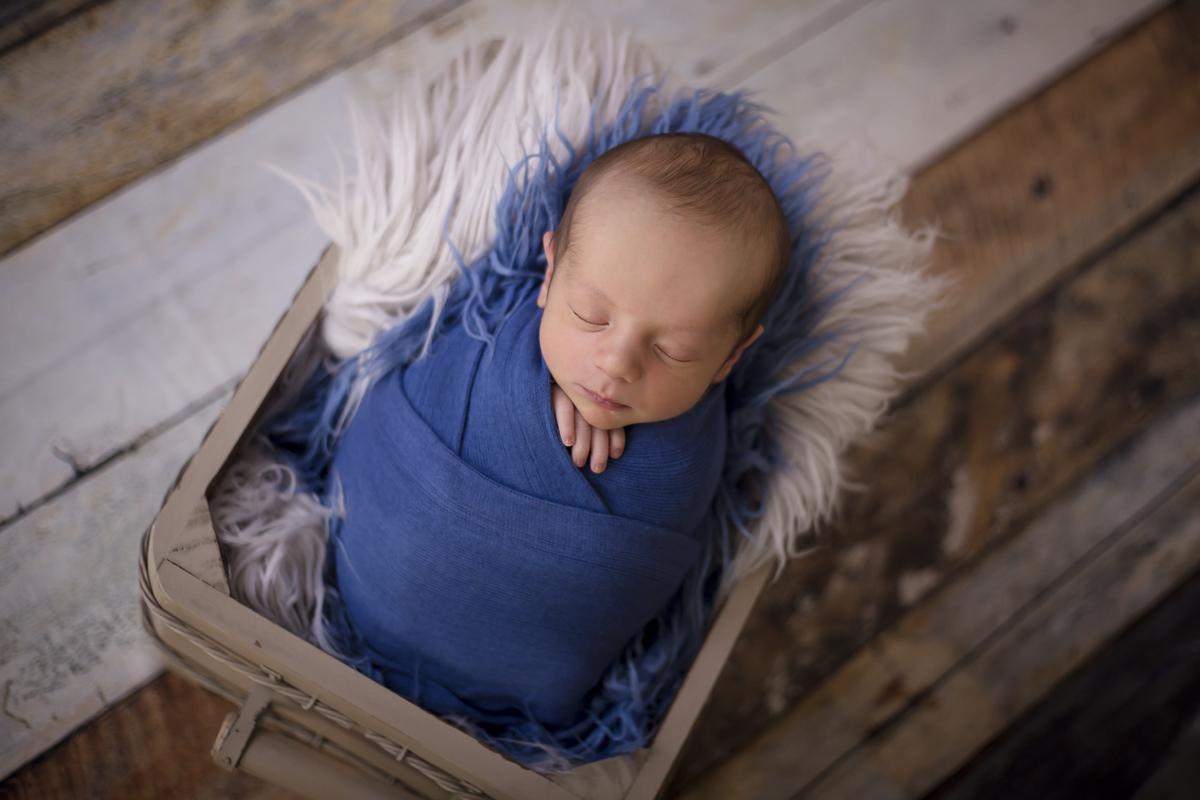 Ensaio Newborn estúdio Gabi Aine, enroladinho em whap azul