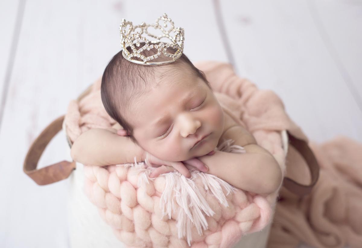 Newbirn de coroa, menina, delicadeza de ensaio de recem nascido, Brasilia DF