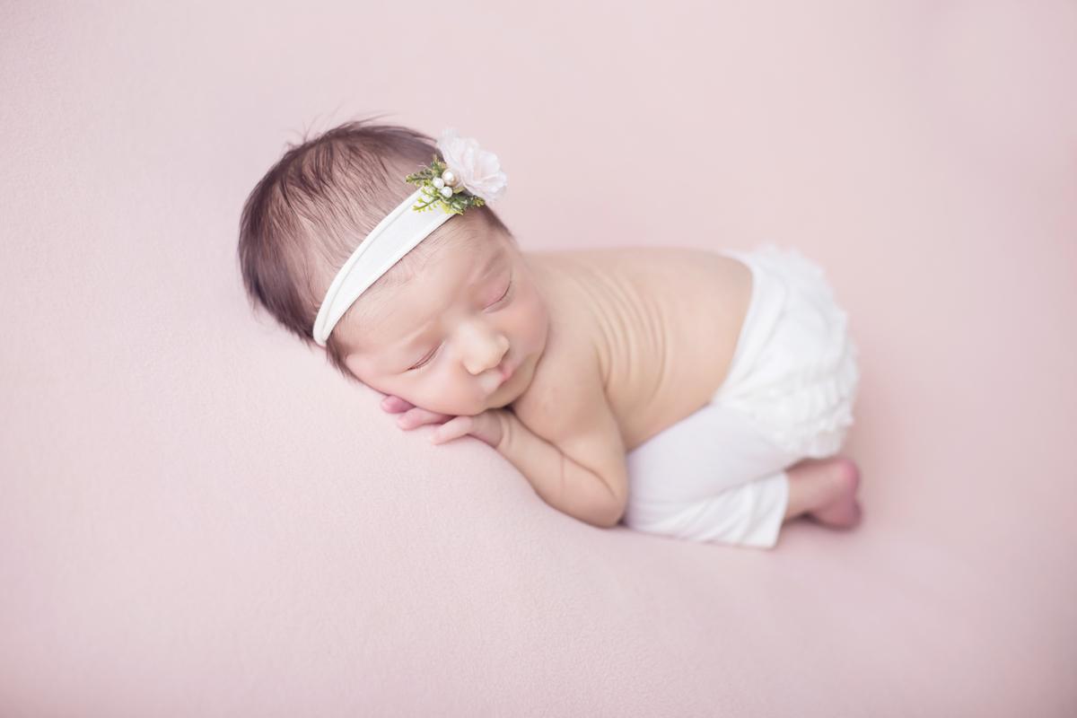 Bebe pose bum bum, manta rosa, ensaio newbirn em Brasilia
